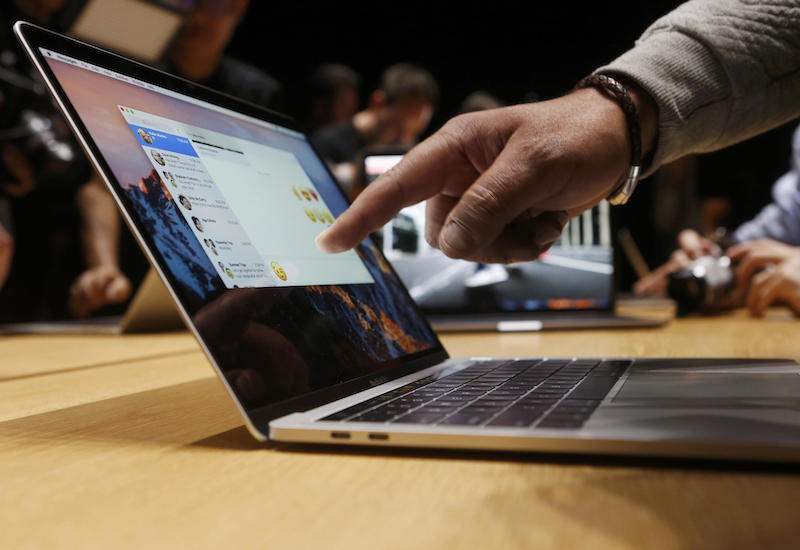 A guest points to a new MacBook Pro during an Apple media event in Cupertino, California, U.S. October 27, 2016.   REUTERS/Beck Diefenbach