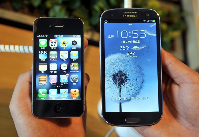 The epic patent clash between Apple and Samsung went before the US Supreme Court on October 11, 2016, as the smartphone giants debated the value of design in a case with major implications for the technology sector. The eight justices on the top court appeared divided on how to resolve the complex dispute over damages the South Korean smartphone giant owes Apple for copying key design features of the iPhone.  / AFP PHOTO / JUNG YEON-JE